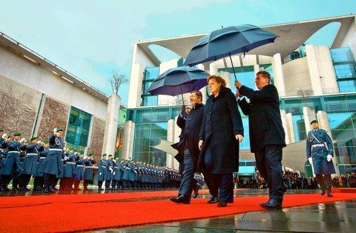 Stürmischer Besuch: Kanzlerin Merkel empfängt Präsident Mursi in Berlin. Foto: dpa