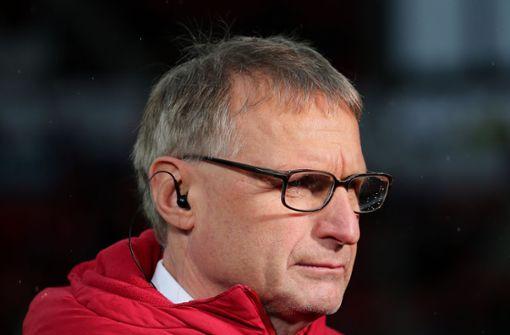 Michael Reschke stellt sich vor Trainer Hannes Wolf