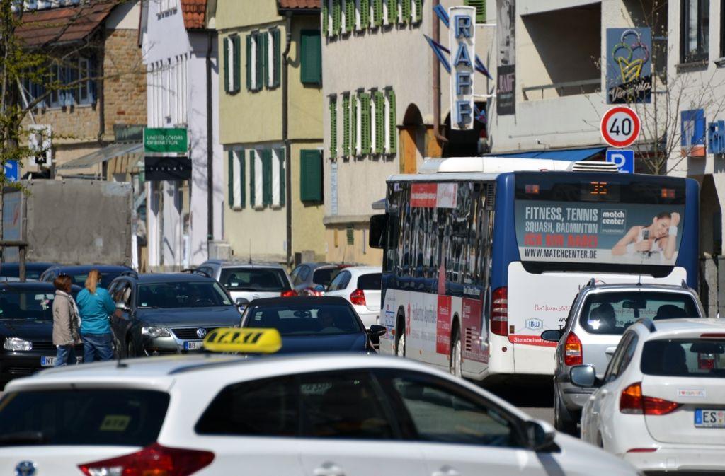 Die Stadt will Bussen mehr Vorrang einräumen, damit sie nicht im dichten Verkehr stecken bleiben. Das gehört zum neuen Konzept dazu. Foto: Norbert J. Leven
