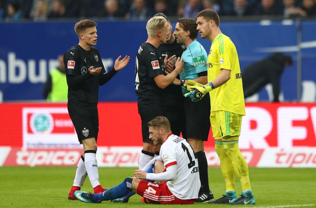 Gleich wird Schiedsrichter Guido Winkmann Dzenis Burnic (li.) vom Feld schicken – und damit hitzige Diskussionen auslösen. Foto: Getty