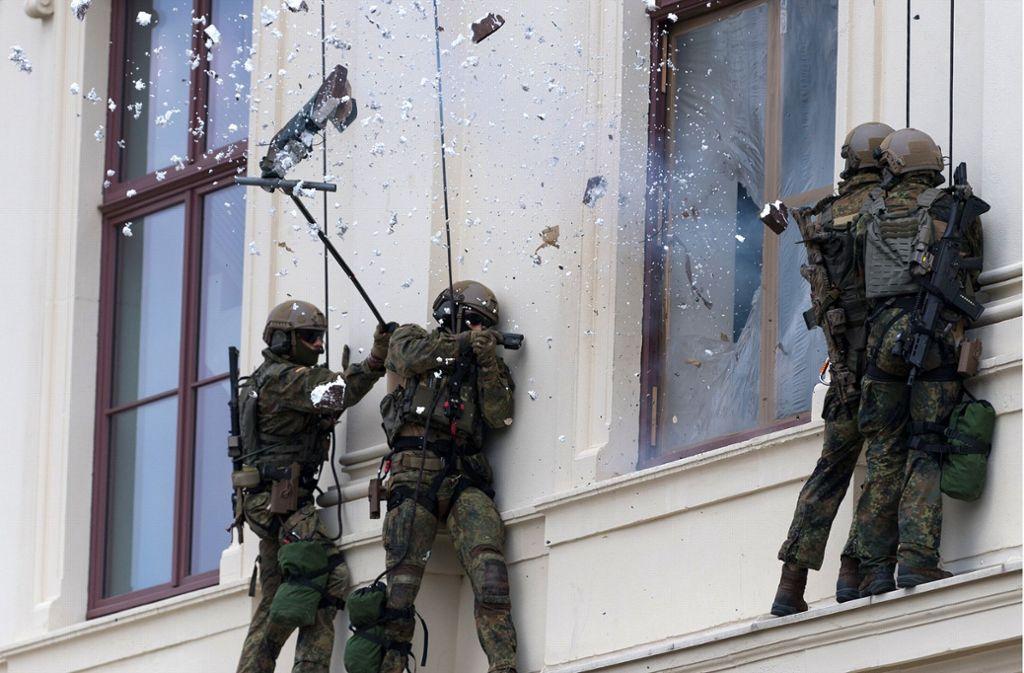 Mit einem Sprengsatz entfernten die Elitesoldaten die Fensterscheibe. Foto: dpa-Zentralbild