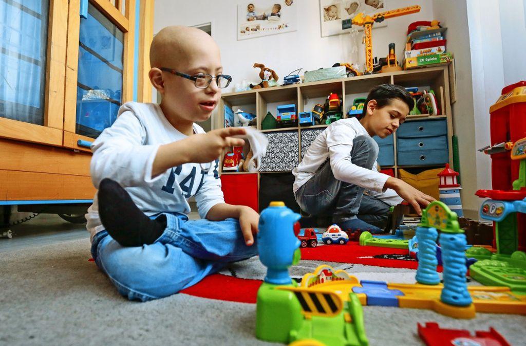 Der kleine Patient  ist gerade mal zuhause – und hier beim Spielen mit seinem großen Bruder Gent. Foto: factum/Granville