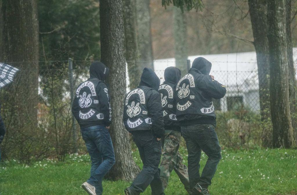 Im April wurden zwei Mitglieder der United Tribuns in Heidenheim niedergeschossen. Ein Mann starb. Das Foto zeigt Mitglieder auf dem Weg zur Trauerfeier. Foto: SDMG