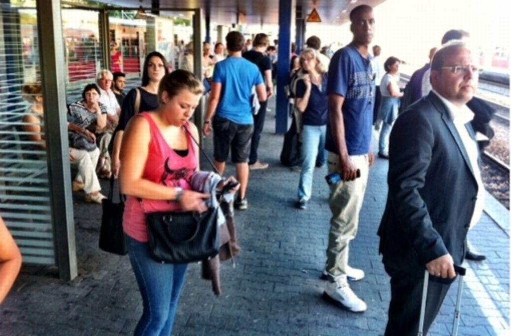 Sehnsüchtig warten diese Fahrgäste am Mittwochabend auf ihre Bahn in Vaihingen. Foto: StZ