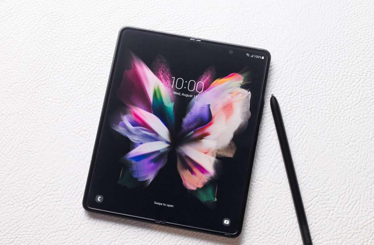 Aufgeklappt ist das Fold 3 ein kleines Tablet, mit einem speziellen Stift lassen sich Notizen auf dem Display machen. Foto: Samsung Electronics