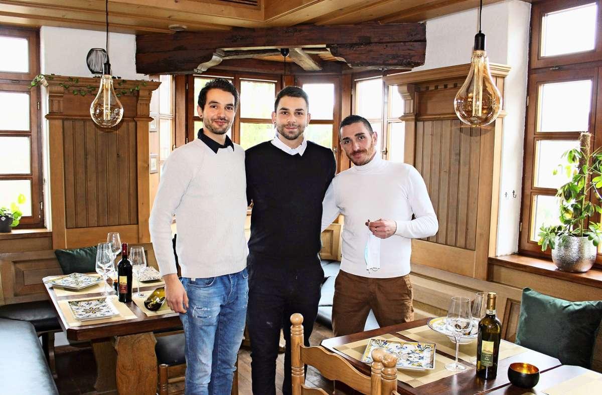 Die Brüder Michele und Giovanni Nardiello sowie Koch Marco Trabucco (v.l.)  arbeiten an der Neueröffnung der alten Weinstube zum Schwanen. Foto: Caroline Holowiecki