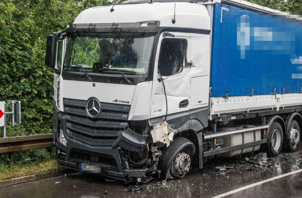 Der beschädigte Lkw an der Unfallstelle in der Neustadter Hauptstraße. Foto: SDMG