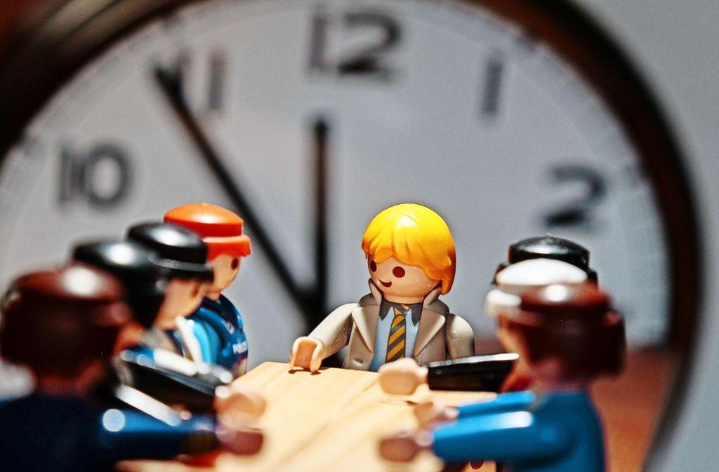 So harmonisch wie in dieser Konferenzszene mit Playmobil-Figuren geht es im wahren Leben beim fränkischen Spielwarenhersteller nicht zu. Foto: factum/Granville