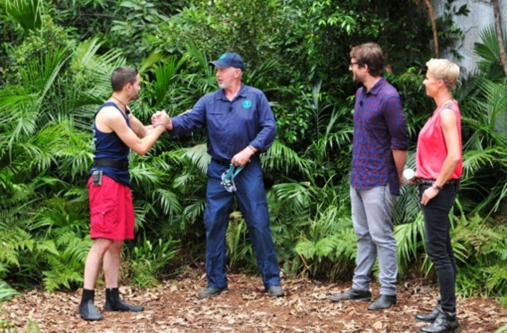 Dr. Bob erklärt DSDS-Heulboje Menderes die Dschungelprüfung. Foto: RTL / Stefan Menne