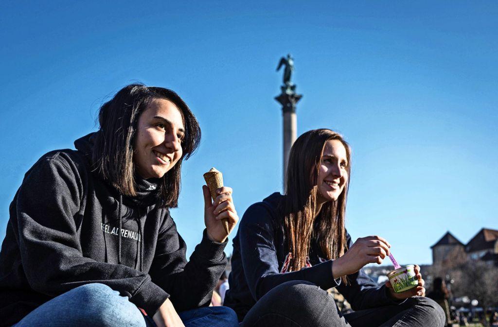 Hoch Frauke? Auf 18 Grad und Sonnenschein eine Kugel Eis auf dem Schlossplatz! Foto: Lichtgut/Max Kovalenko