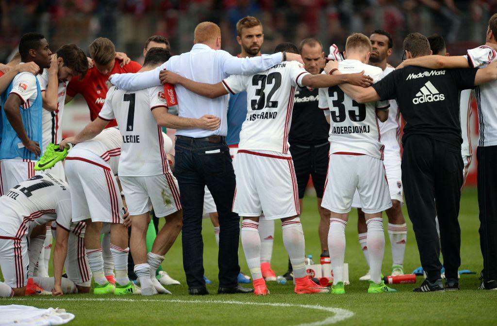 Niedergeschlagene Gesichter: Der FC Ingolstadt muss absteigen. Foto: dpa
