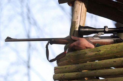 Mann in Freibad von Projektil aus Jagdgewehr getroffen