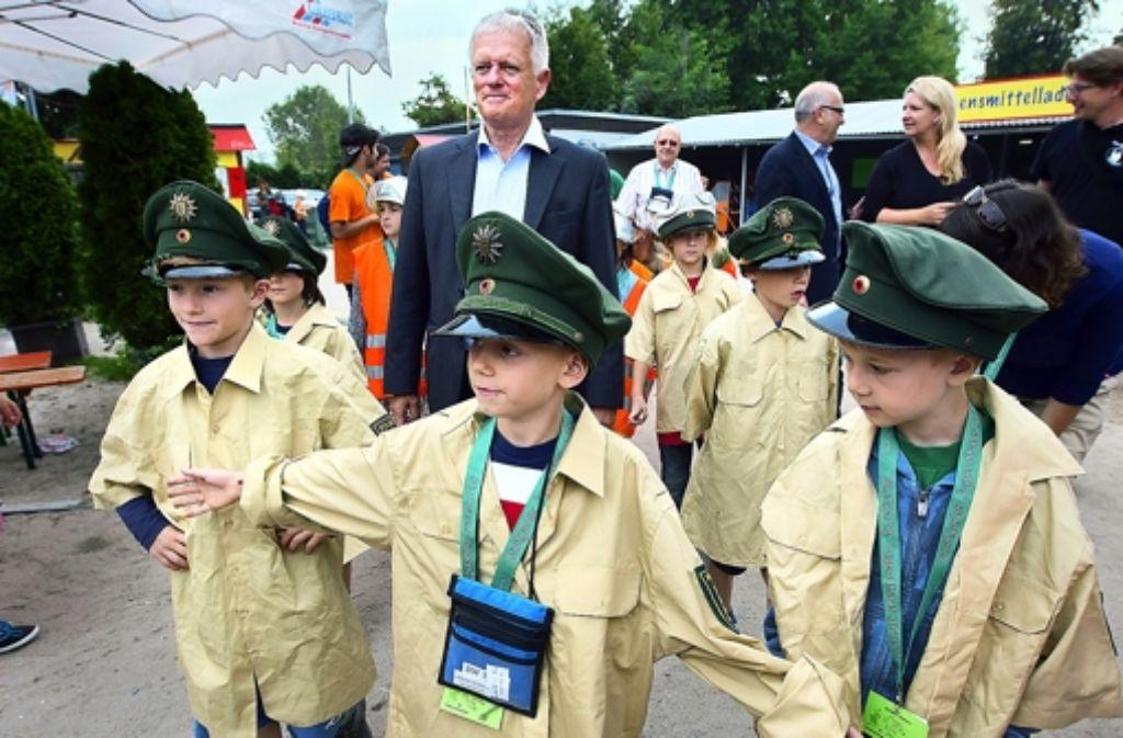 Oberbürgermeister Fritz Kuhn bekommt Polizeischutz im Stutengarten. Foto: Michael Steinert