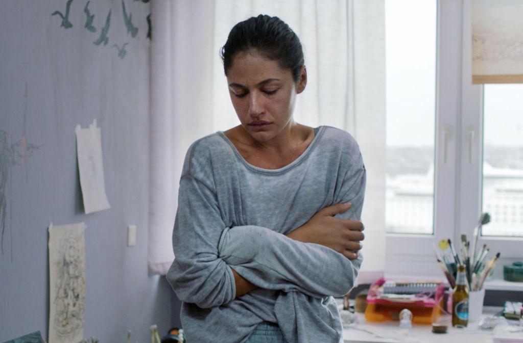 Die Polizeischülerin Nasrin (Soma Pysall) ist psychisch am Ende. Aber warum nur? Foto: NDR/Christine Schroeder