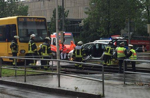 Auto kracht in Stadtbahn