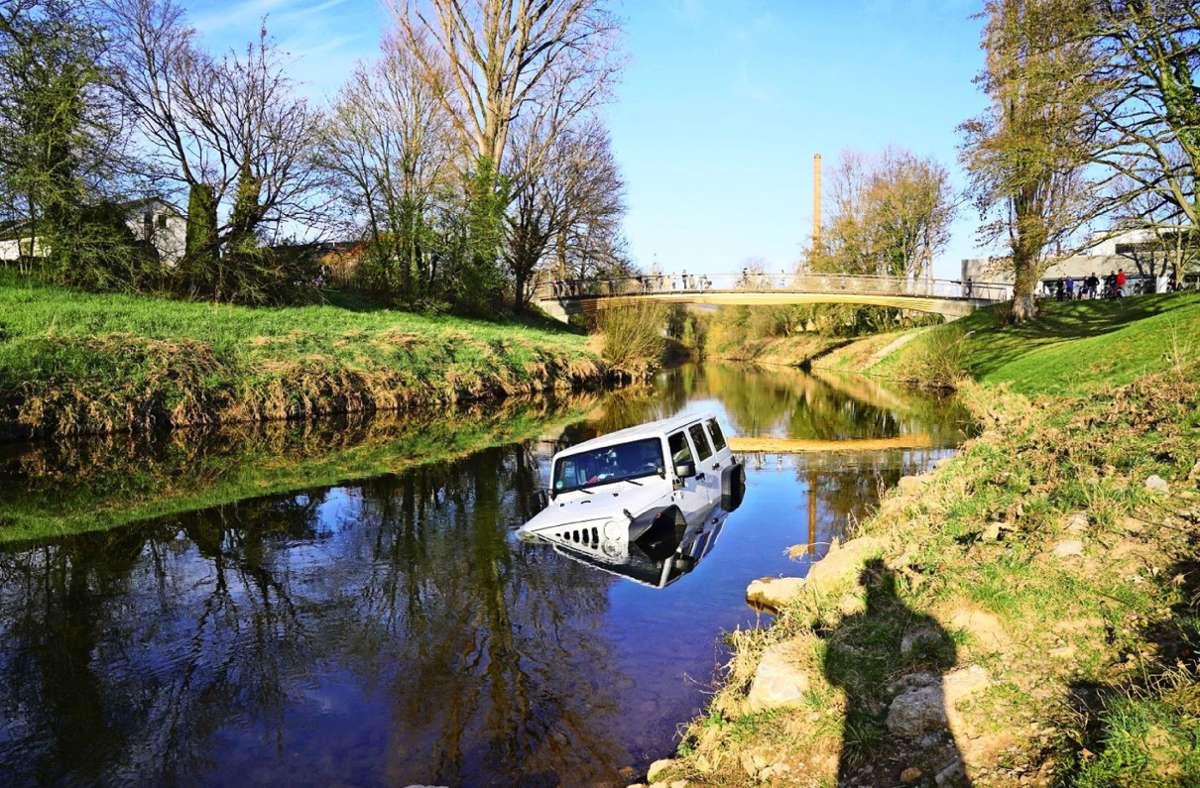 Das Auto ist bei der Birkelspitze in  Endersbach in den  Fluss gerollt. Foto: SDMG/Kohls