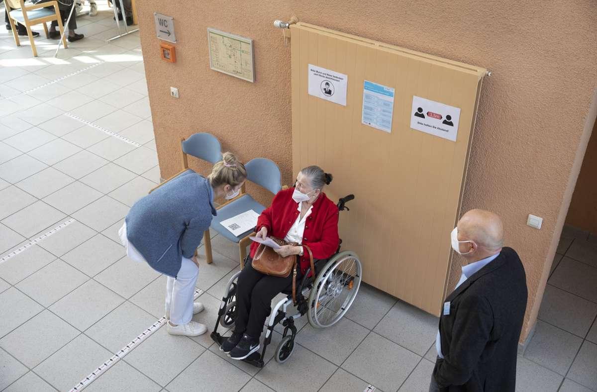 Rund 1000 Senioren sind kürzlich in Dettingen geimpft worden. Der Landrat sieht das kritisch. Foto: Rudel/Rudel