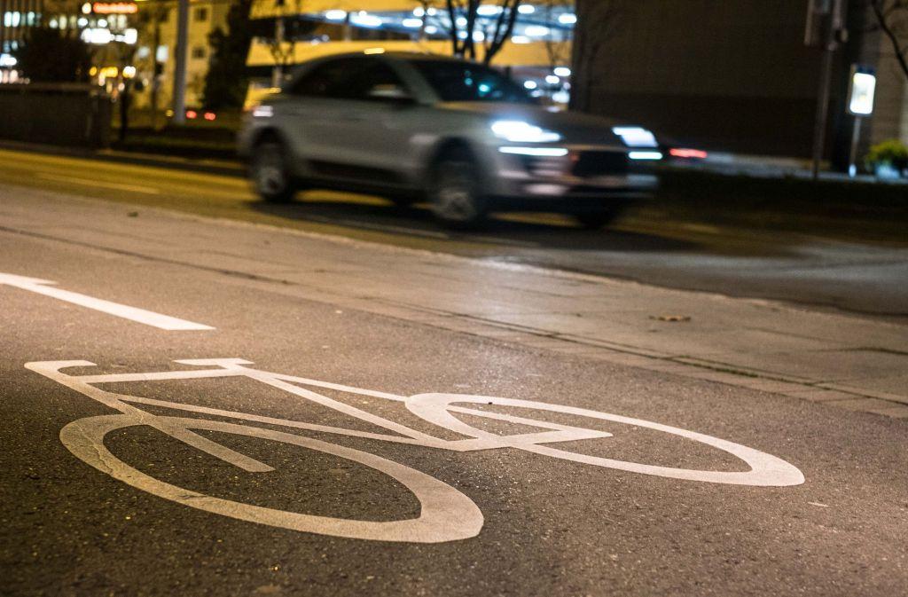 Eine Nähe, die nicht jeder mag: Radfahren direkt neben dem Autoverkehr Foto: Lichtgut/Max Kovalenko