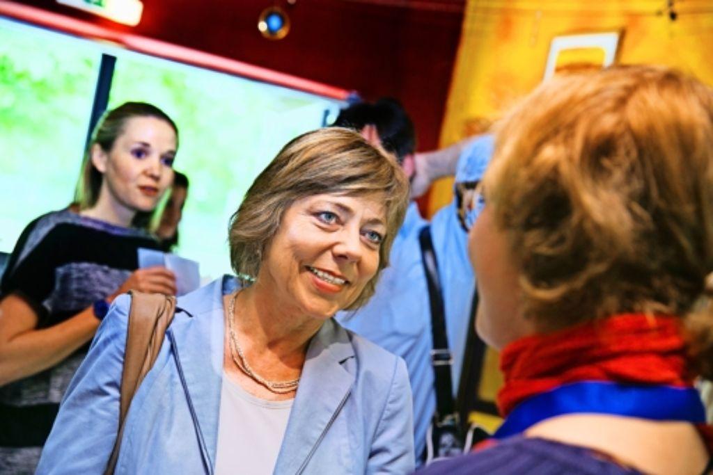 Daniela Schadt im Jugendhaus Hallschlag: wieder einmal überzieht die Lebensgefährtin des Bundespräsidenten den Zeitplan. Sie hört einfach gerne zu. Foto: Horst Rudel