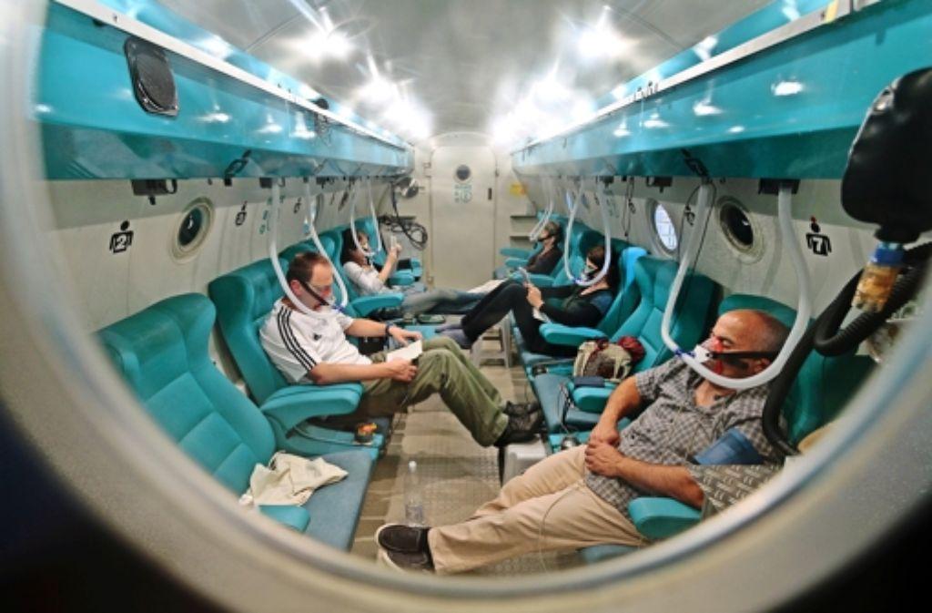 Auf künstlichem Tauchgang: die Behandlung von Patienten – hier geplante Routinetherapien – in der Druckkammer kann Leben retten. Foto: factum/Archiv