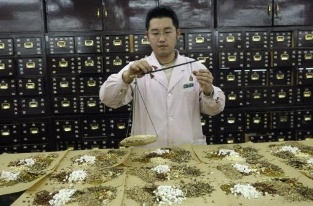 Traditionelle chinesische Medizinprodukte müssen genau abgewogen werden. Foto: Ecopix