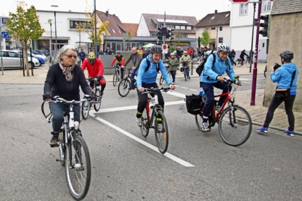 Oberbürgermeister Christoph Traub und Jürgen Lenz (vorne rechts) führten die Tour durch die Filderstädter Ortsteile beim Start am Sielminger Rathaus an. Foto: Ralf Recklies