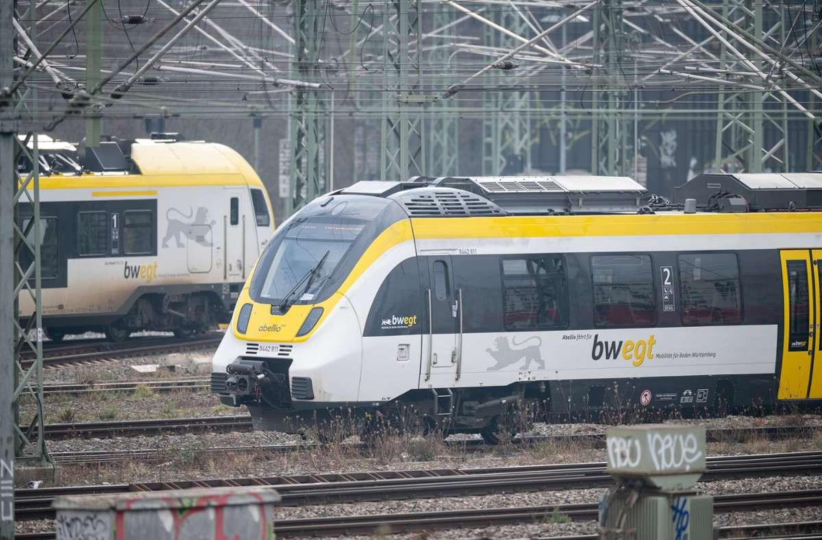 Ein Mann hat in einer Regionalbahn geraucht – und eine 20-Jährige geschlagen. Foto: dpa/Sebastian Gollnow