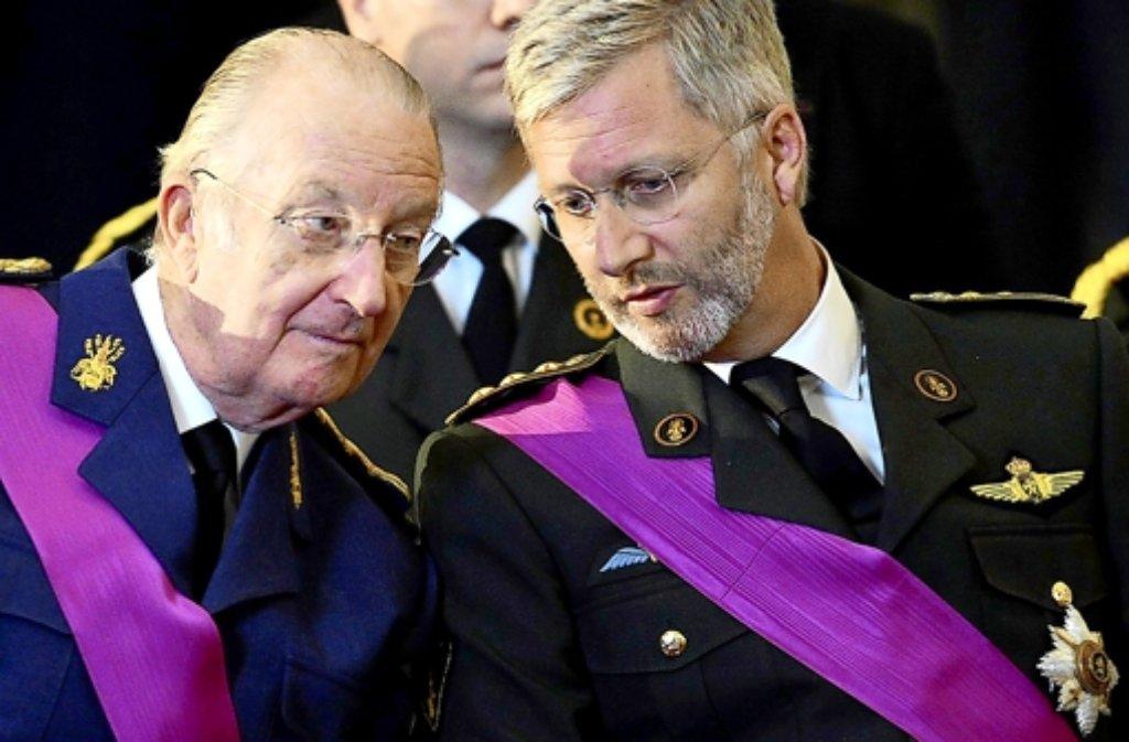 Zum ersten Mal in diesem Jahrhundert bekommt Belgien einen neuen König. Albert II. (links) gibt die Macht an seinen Sohn Philippe (rechts) ab. Ungewöhnlich für das kleine Land im Herzen Europas: Keine Krise belastet den Wechsel. Doch zum Abschied warnt Albert die Bürger. Foto: dpa