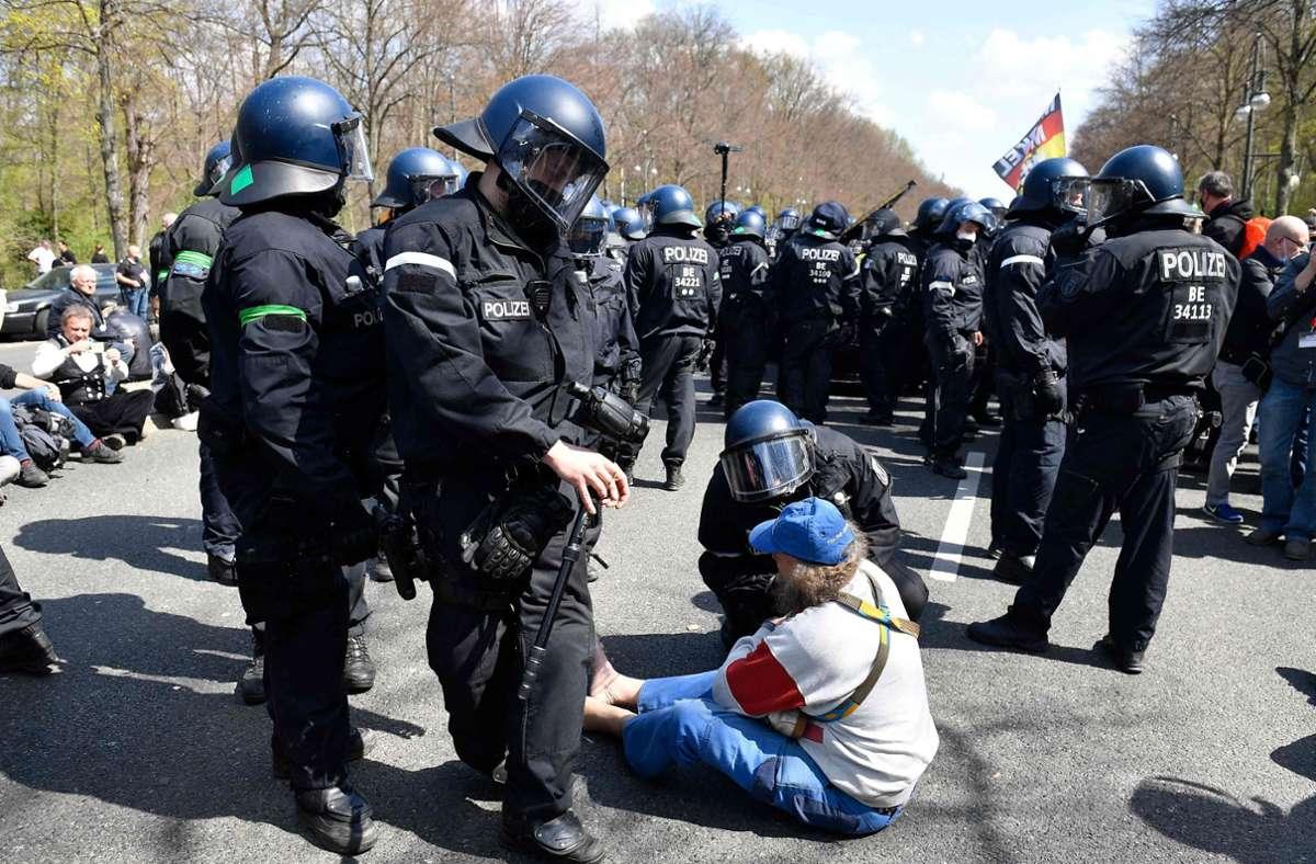 Die Polizei hat begonnen eine Demonstration gegen die Coronapolitik in Berlin aufzulösen. Grund ist die wiederholte Missachtung der Hygieneregeln durch die Protestierenden. Foto: AFP/TOBIAS SCHWARZ