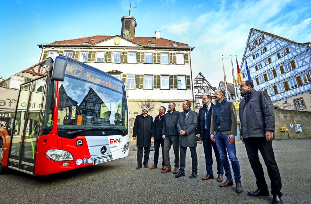 Der VVS-Chef Hachenberger, Bürgermeister Thomas Sprißler, Landrat Bernhard (von links) und Bürgermeister aus dem Gäu würdigen den neuen Bus. Foto: factum/Simon Granville