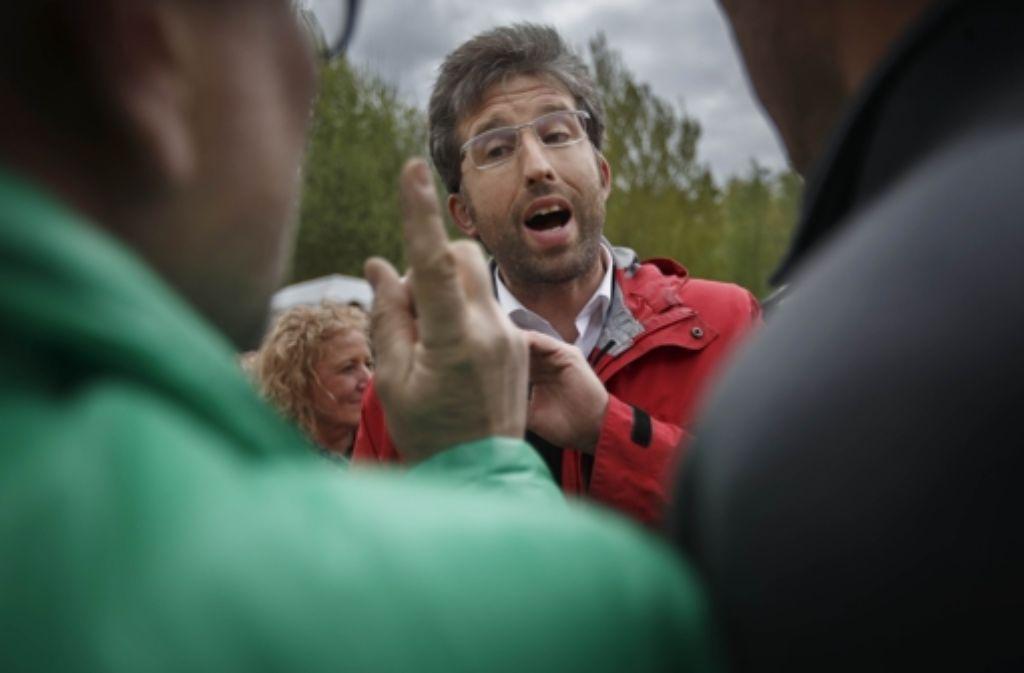 Der grüne Tübinger OB Boris Palmer diskutiert mit Demonstranten. Foto: Gottfried Stoppel