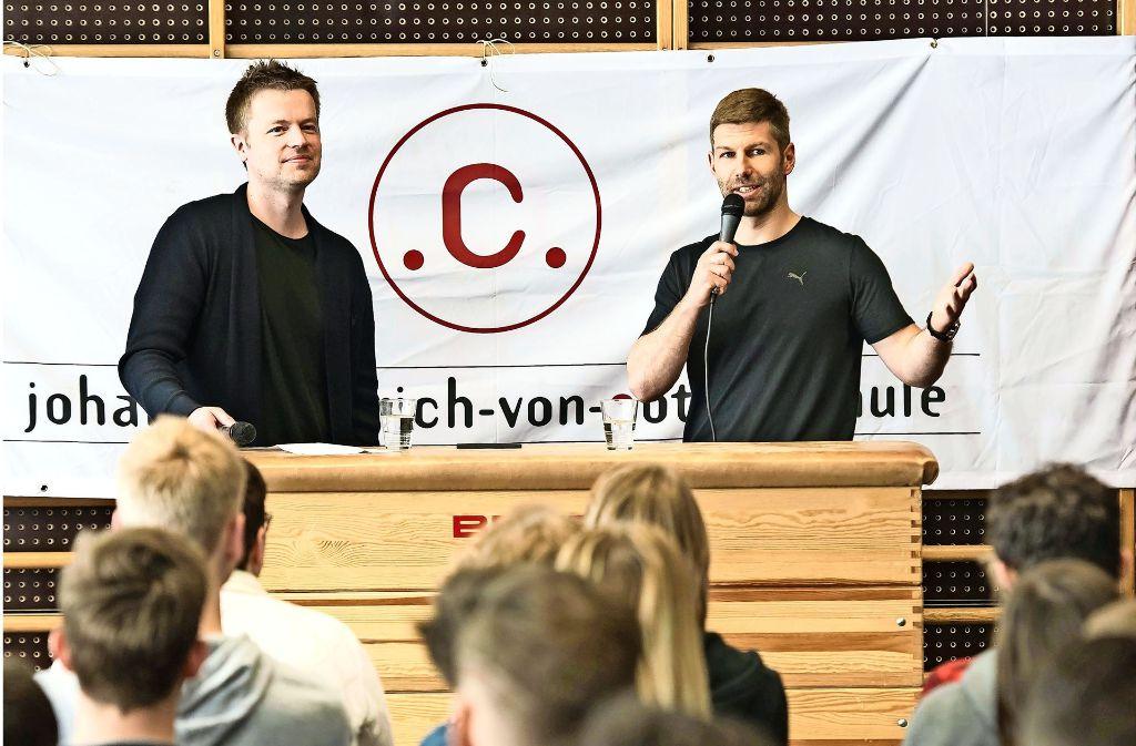 Thomas Hitzlsperger (rechts) und Ronny Blaschke zeigen spannende Hintergründe abseits des Fußballplatzes auf. Foto: Lichtgut/Max Kovalenko