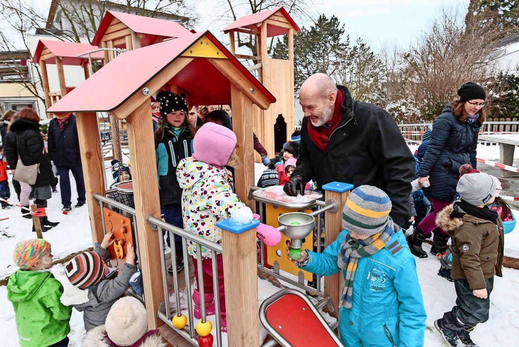 Wer hat hier mehr Spaß? Die Kinder und  Oberbürgermeister Kaufmann amüsieren sich prächtig auf dem neuen Spielplatz. Foto: factum/Bach
