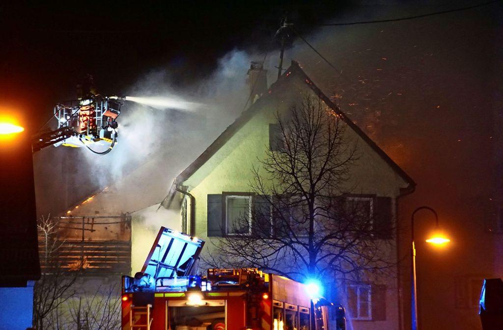Mithilfe von zwei Drehleitern löschen die Feuerwehrkameraden das Feuer im Dachstuhl. Foto: SDMG/Dettenmeyer, factum/Simon Granville