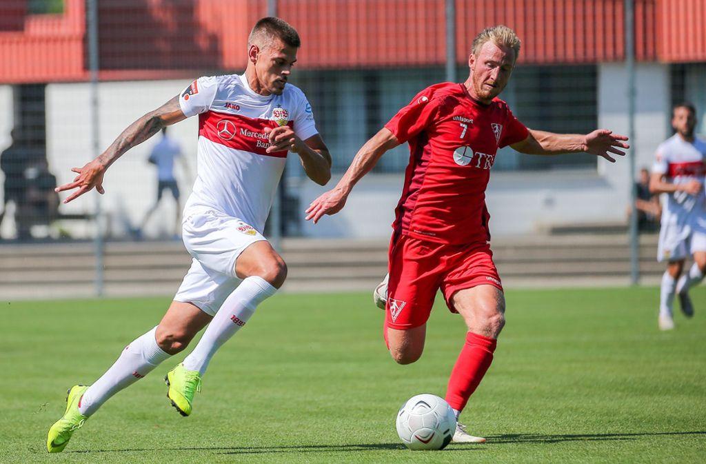 Jan Kliment vom VfB II (li.) ist ein Ausnahmespieler für die Oberliga – beim 7:1 gegen den 1. FC Rielasingen mit Pascal Rasmus trifft der Tscheche zweimal. Foto: Baumann