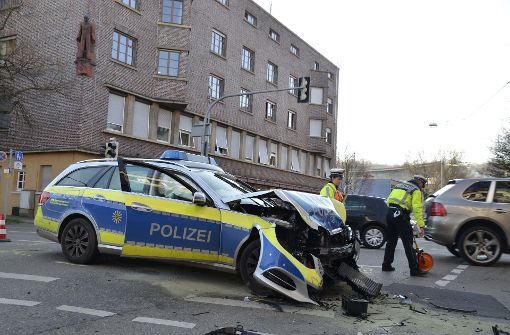Polizeiauto im Einsatz kracht gegen Pkw