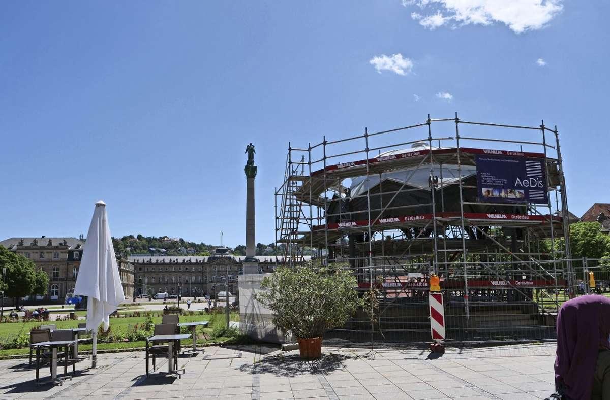 Der Pavillon auf dem Schlossplatz ist immer noch eingerüstet. Foto: Jürgen Brand