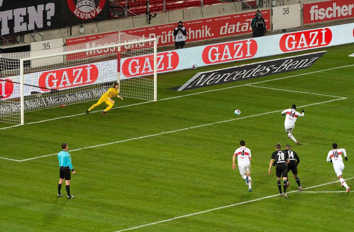 Mit diesem Elfmeter sorgte Silas Wamangituka für den späten VfB-Ausgleich. Foto: imago images/Eibner/Wolfgang Frank