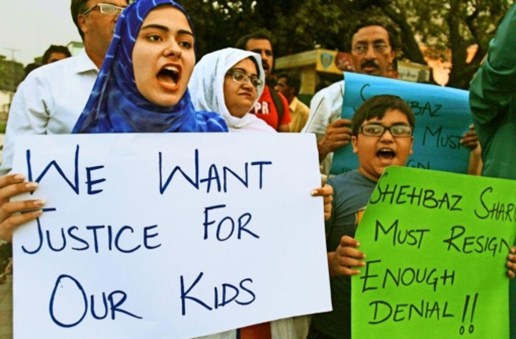 Wütende Bürger demonstrieren in Lahore für eine rasche Aufklärung des Skandals. Foto: AP