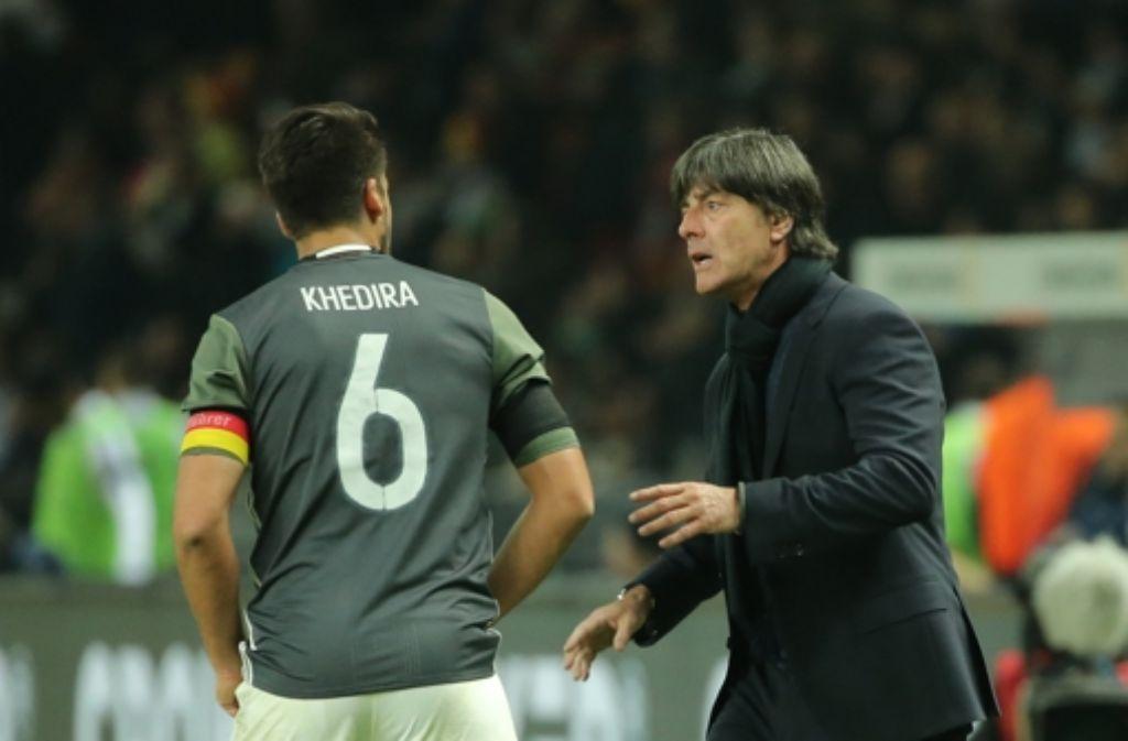 Joachim Löw gibt Sami Khedira Anweisungen. Foto: dpa