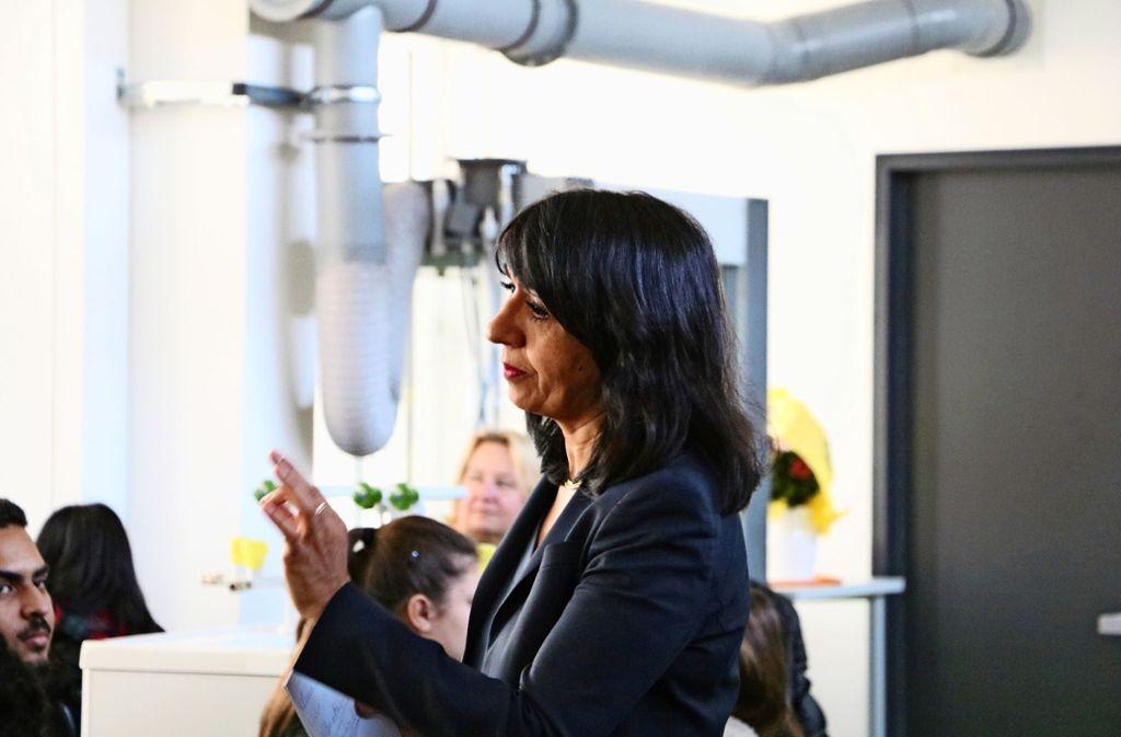 Die Landtagspräsidentin Muhterem Aras gab Schülern  Einblicke in ihre Arbeit und warb dafür, dass die jungen Leute von ihrem Wahlrecht Gebrauch machen. Foto: Marta Popowska