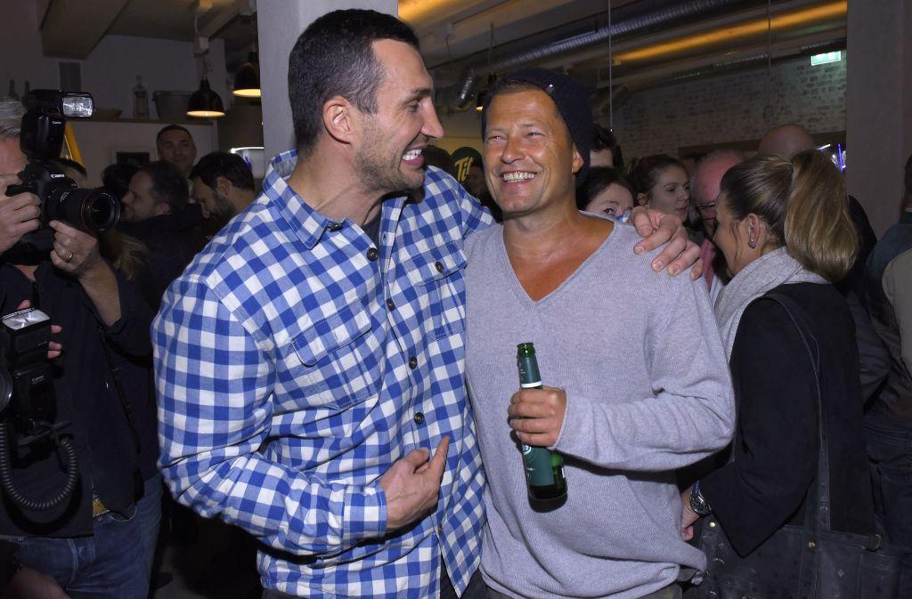 Til Schweiger und Boxer Wladimir Klitschko stoßen auf die Restaurant-Eröffnung in Hamburg an. Foto: Getty Images Europe