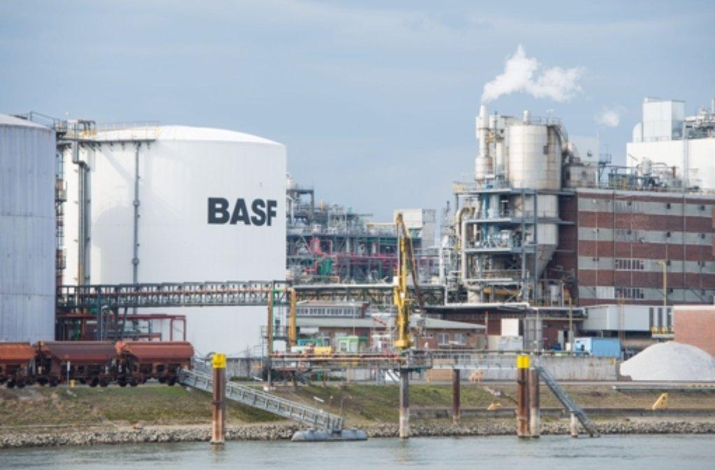 Der weltgrößte Chemiekonzern BASF hat mit dem starken Euro zu kämpfen. Foto: dpa