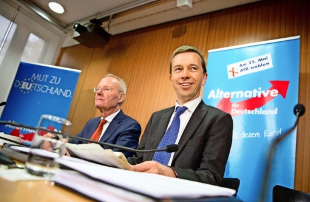 Die AfD-Spitzen  Bernd Lucke (rechts) und  Hans-Olaf Henkel wollen sich gegen rechte EU-Kritiker abgrenzen. Foto: dpa