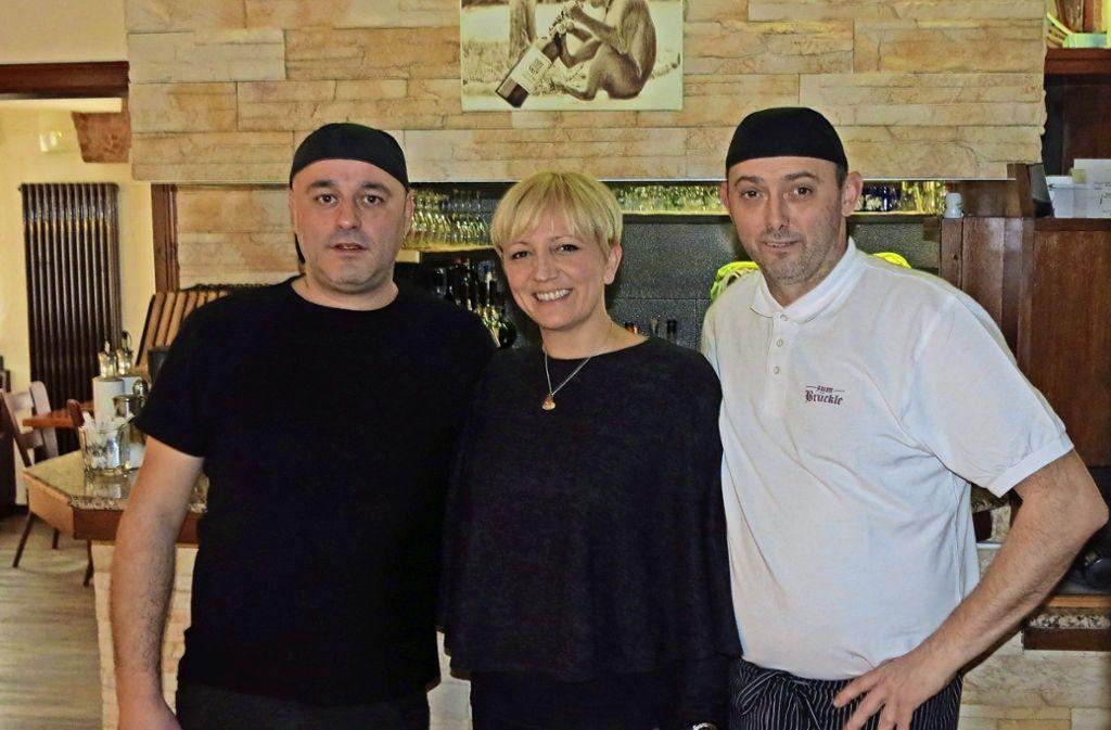 Zoran Dupor und  Sanja Dupor-Kulentic sowie einer der beiden Köche,  Marinko Govorcin (v.l.) Foto: Julia Bosch