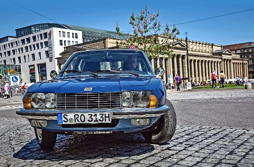 Bei einem Ro 80 ist Schönheit unvergänglich:  Walter Frieß kurvt mit seinem  atlantikblauen Oldtimer am Schlossplatz herum. Foto: Lichtgut/Julian Rettig