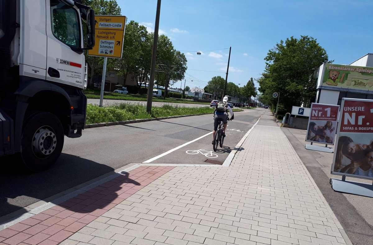 Neuralgische Stelle in Fellbach: Der Radweg in der Stuttgarter Straße Foto: Dirk Herrmann