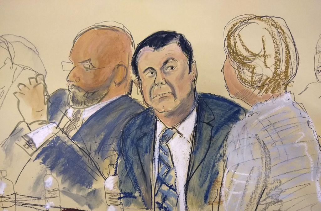 So stellt die Gerichtszeichnung Joaquin «El Chapo» Guzman (Mitte) während des Auftakts seines Prozesses neben seinem Verteidiger Eduardo Balazero (links) dar. Foto: AP