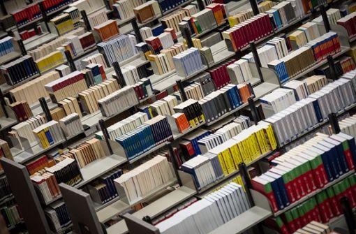 Frau wird in Bibliothek eingeschlossen