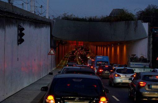 Autos krachen zusammen – Verkehrsbehinderungen im Berufsverkehr